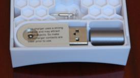 Une pointe complète de rechange (pointe et embout), un bouchon, un dongle USB et le stylet évidement.